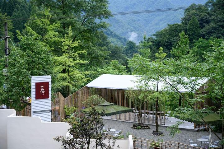 《芗吟青城》成都市都江堰青城后山泰安古镇,景区内部带庭院的双床房