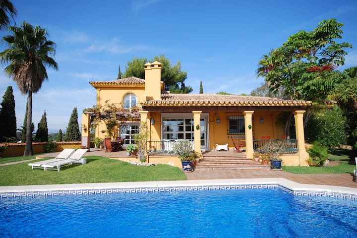 Holiday villa near Fuengirola with private swimming pool in a green oasis
