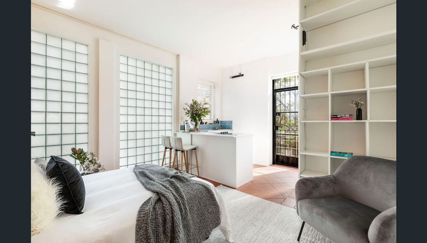 City apartment in Potts Point leafy avenue