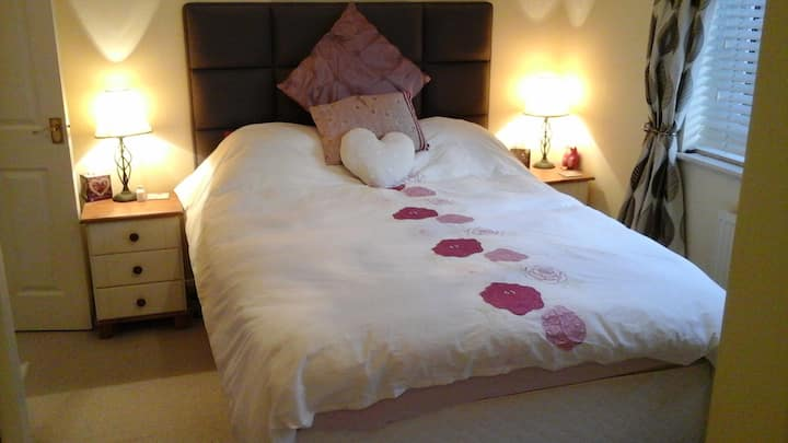 Immaculate house sleeps 4, quiet yet convenient