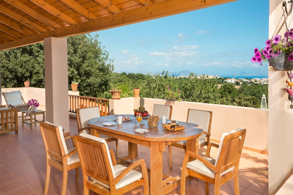 Isolated and surrounded by trees but close to the city of Rethymno and the beach