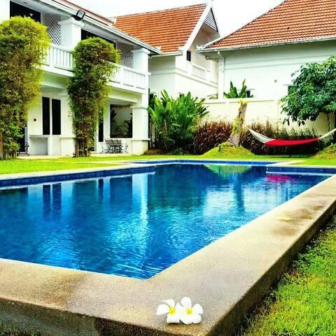 一套房 泰式殖民風情 花園泳池私人海灘 SPA/按摩 交通接送 早餐 - Muang Pattaya - Huis