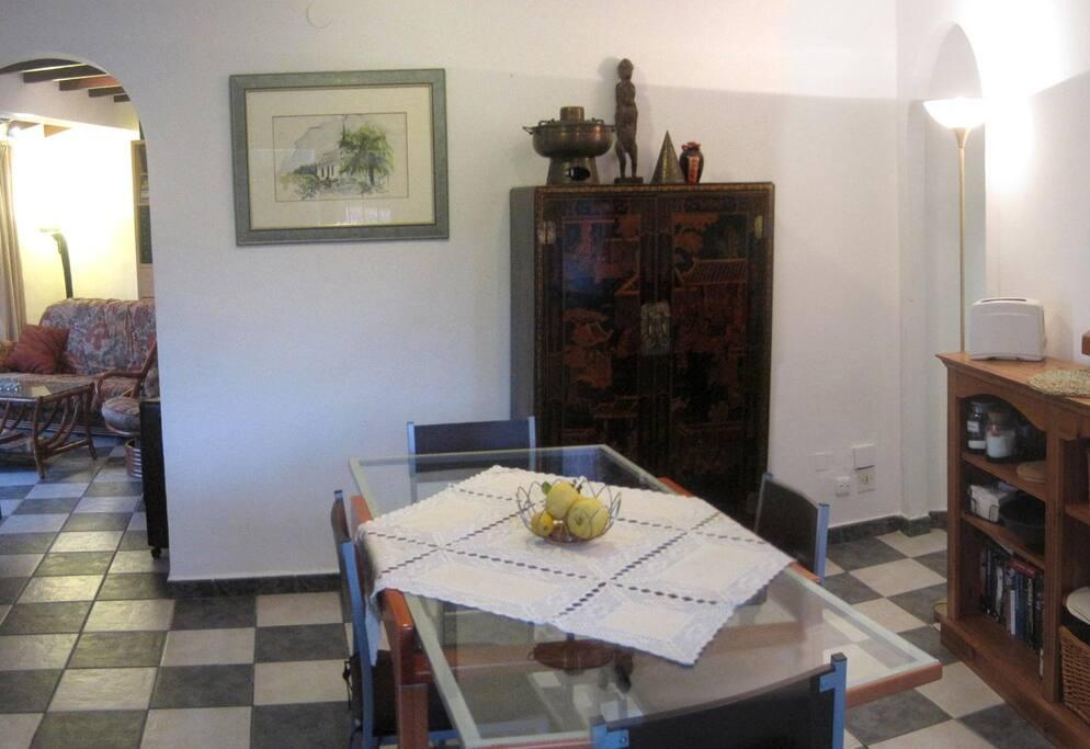 el comedor se encuentra entre el salón y la cocina