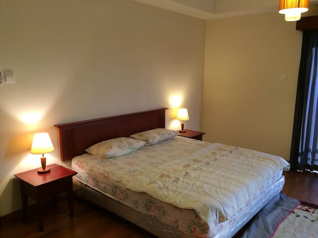 Master Room w Golf Course View in Resort Apartment - スクダイ