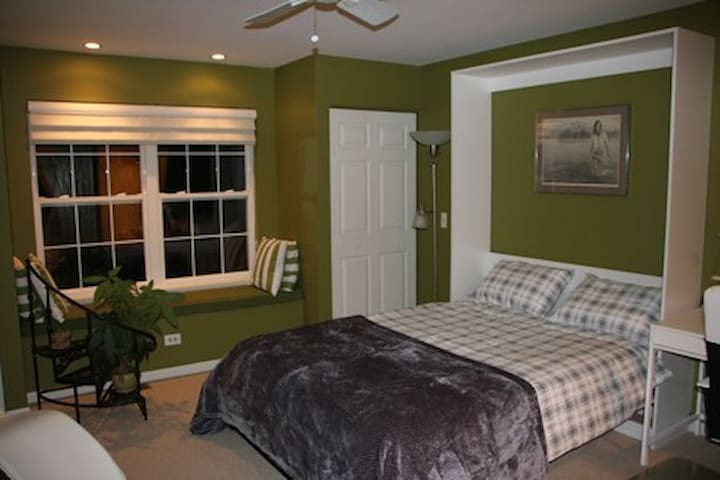 Large bedroom close to Gurnee Mills and Six Flags.