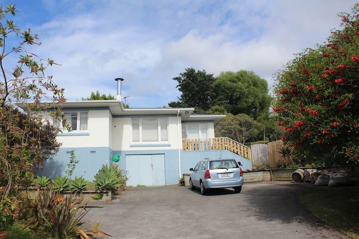 Sunny Retro Family Friendly Home, Central Location