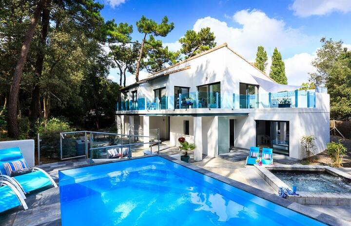 Two luxurious holiday rental homes beachside
