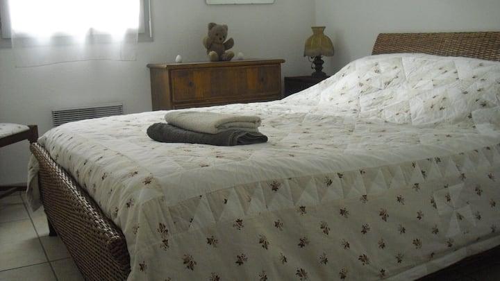 Chambre avec un grand lit au calme.