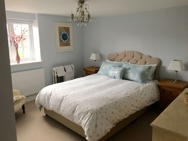 Spacious & cosy double room in 300 yr old cottage
