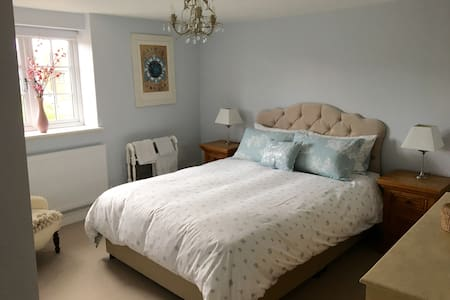 Spacious & cosy double room in 300 yr old cottage - Benson - 住宿加早餐