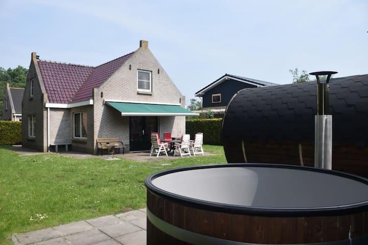 Luxe vakantiehuis met hottub & sauna bij Waddenzee
