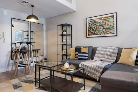 ★ Trendy Fully Stocked Apartment with a Lake View
