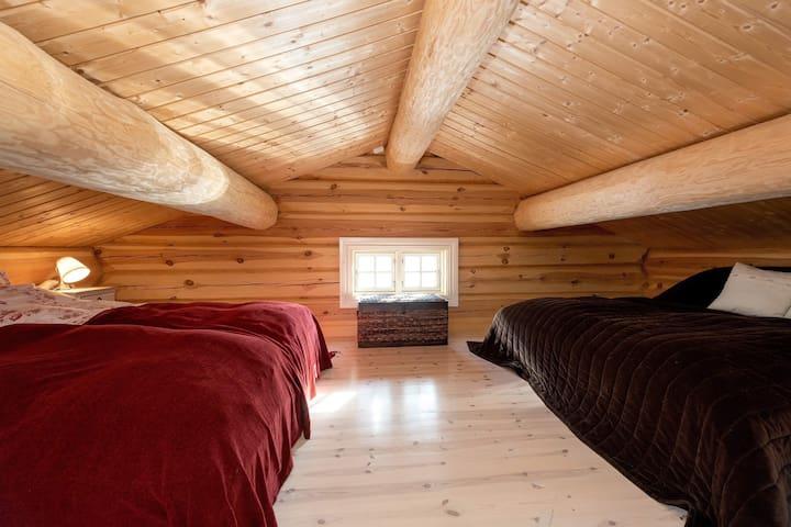 Soveloft med 4 (mulighet for 5) soveplasser. Rommet har åpningsvindu.