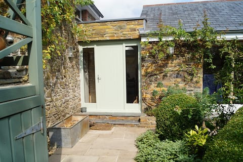 Private garden room with own bathroom & entrance