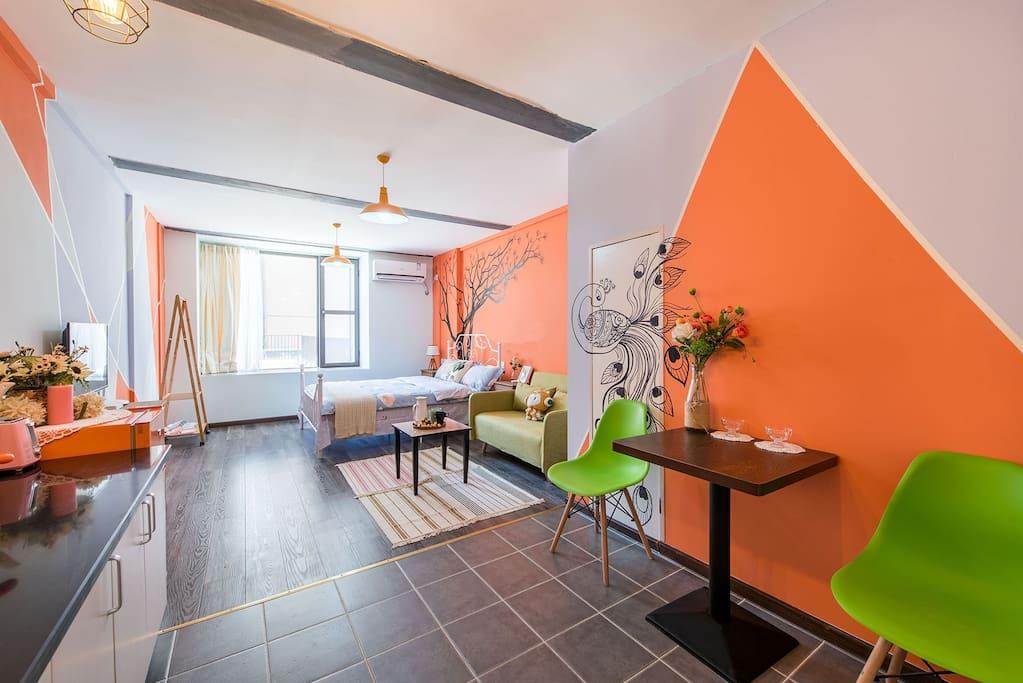 整个色调以橙色加灰紫色加淡蓝为主,整个房间的布置也是安装我的喜好来的呢,希望你也喜欢