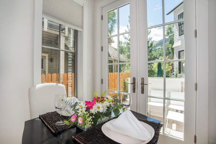 Contemporary Luxury Town Home, Walk to Downtown!