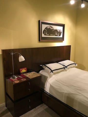 King Bedroom / Bath in West Loop - PRIVACY!