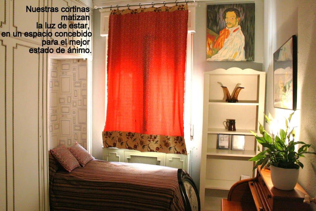 Acogedora habitación individual, con armario y mesa de trabajo.