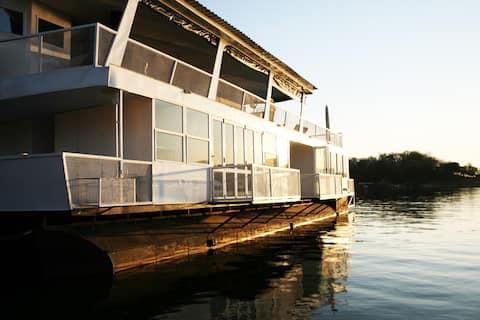 Galloping Waters Houseboat (Siavonga, Zambia)