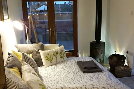 Cosy, self-contained, garden room, private access - Bristol