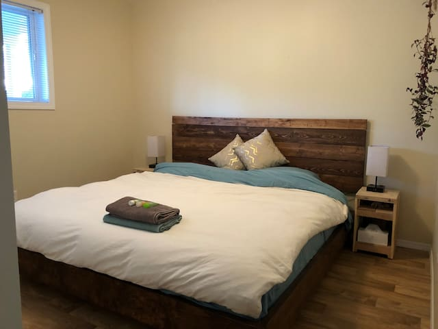 Handmade floating king sized bed. You have touch controlled lamps with built in plug and USB outlets. There's a full closet, full sized window, ceiling fan, guest controlled heating and a new smoke/carbon monoxide alarm in the room