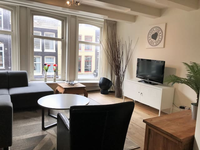 Cozy spacious 90 m2 Jordaan apartment