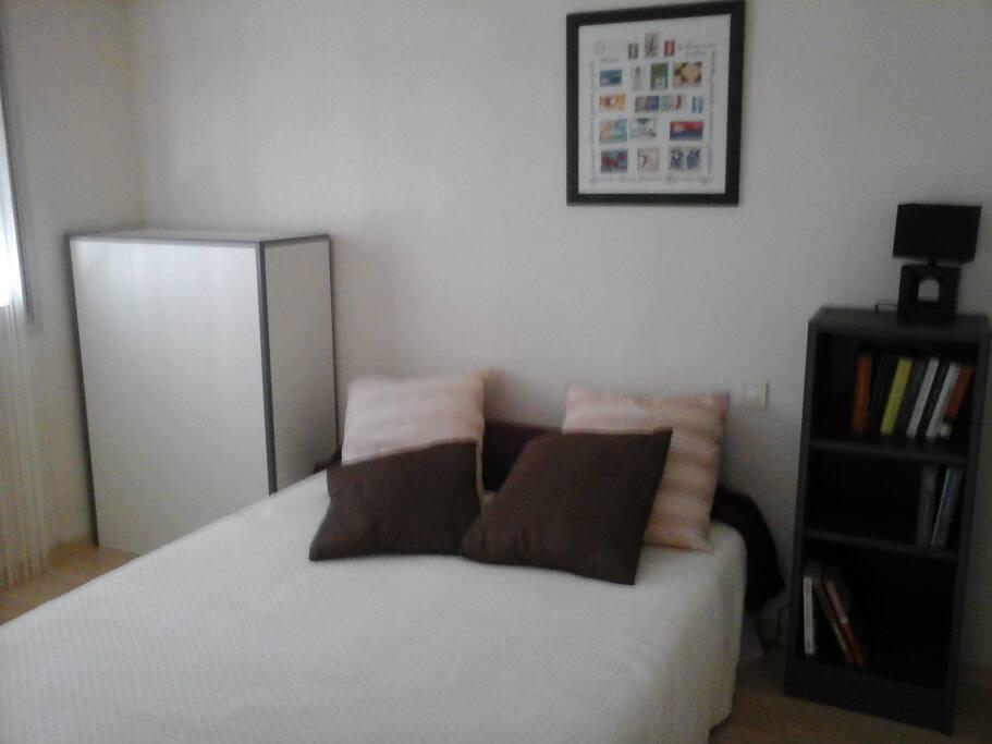 Chambre équipée d'un lit double et d'un lit d'appoint