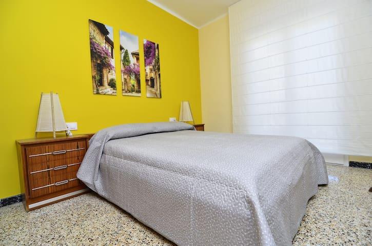 Distribució de les habitacions: - Foto: habitació doble amb llit de matrimoni. - Habitació amb llitera. - Habitació amb dos llits individuals. - Sofà llit de dues places. - Llit plegable individual.