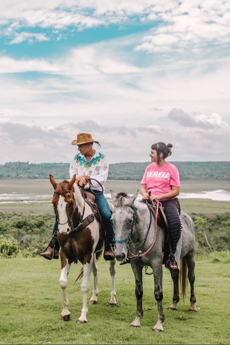 Fábio guiando visitantes em cavalgada