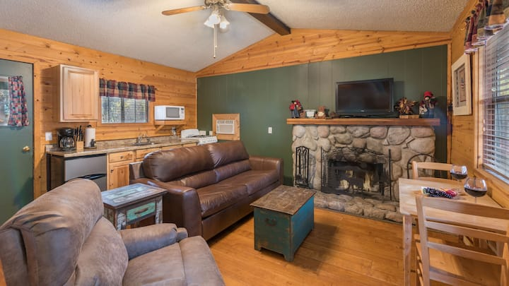 Whispering Pine Cabins - Blue Spruce -  Upper Canyon with Fireplace & Kitchen