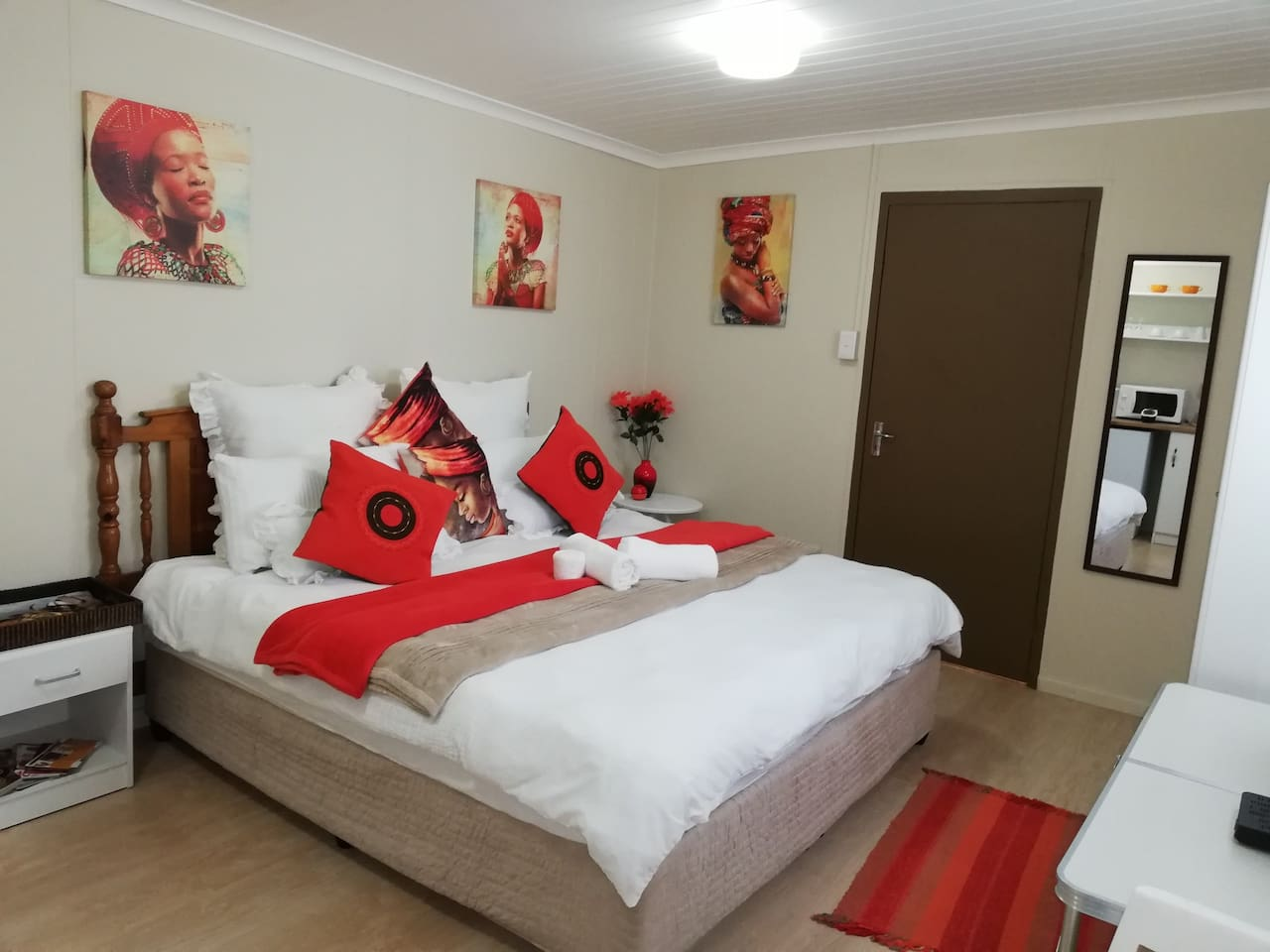 Cosy King size bed, with DSTV, en-suit and kitchenette to suite your fancies...
