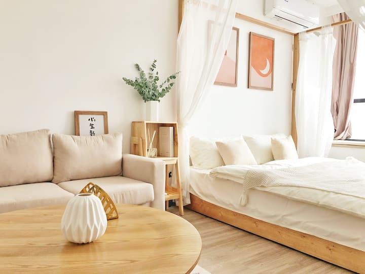 枝宿|小生欢喜 勒泰完美角度夜景大床房 巨幕高清投影 🌟级酒店床品 超舒适实木大床