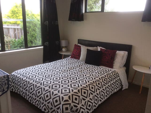 Modern Double Bedroom + Breakfast - Timaru - Hus