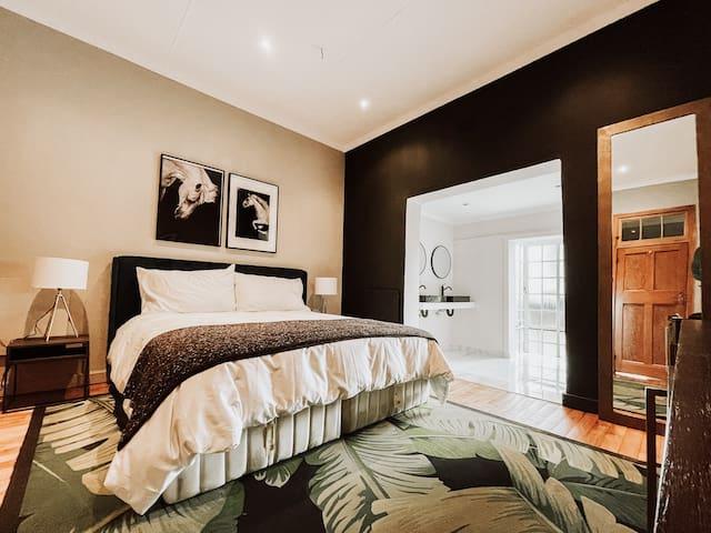Main bed & en suite bathroom