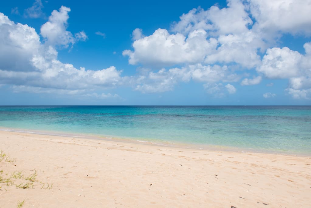 Beach with turquoise seawater at the Coral Sands apartment