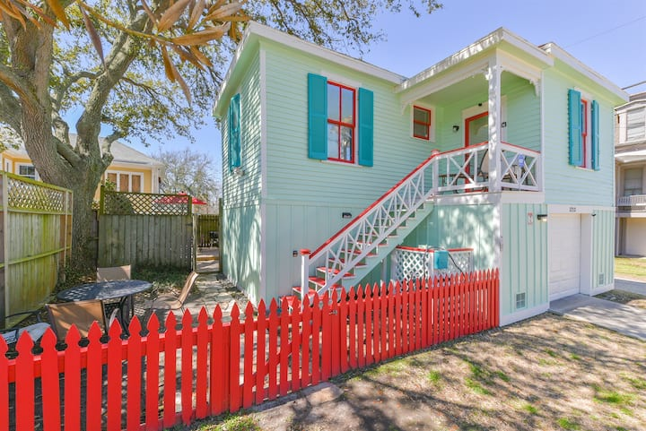 Flip Flop Flamingo Private Hot Tub, Bicycles In the Heart of Galveston
