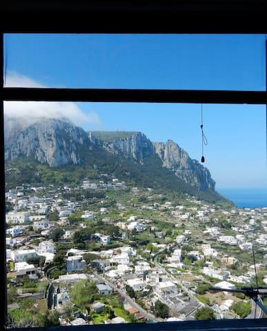 Vista del Monte Solaro dalla finestra