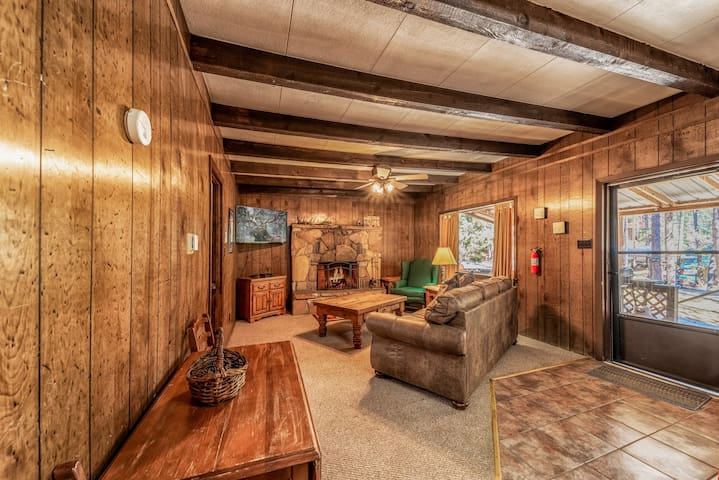 Snowed Inn Cabin: Upper Canyon Rustic with a Private Hot Tub!