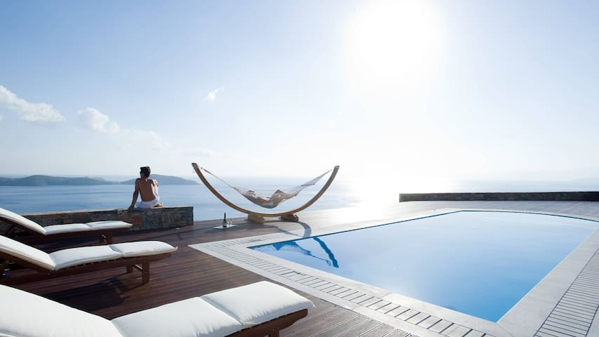 Alluring villa w/an amazing pool & majestic views