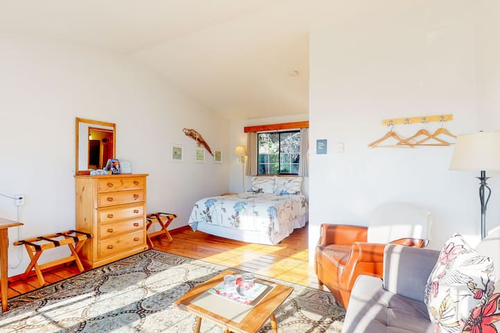 Simple, cozy beach suite - dog-friendly with ocean views!