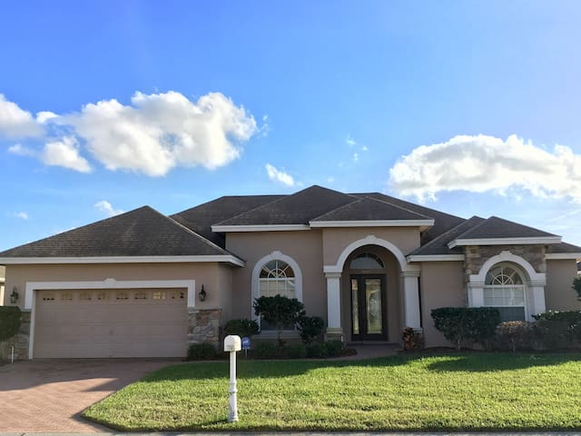 Beautiful home located in a quiet gated community - Lakeland - House