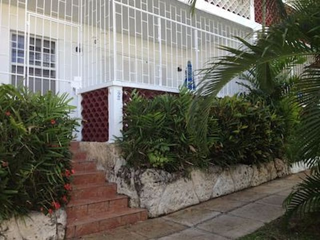 Great location in the heart of Holetown!!