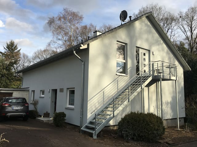 Zweifamilienhaus mit separatem Eingang über eine Außentreppe mit Außensitz zur Westseite (Sonne ab 13:00 Uhr bis zum Sonnenuntergang)