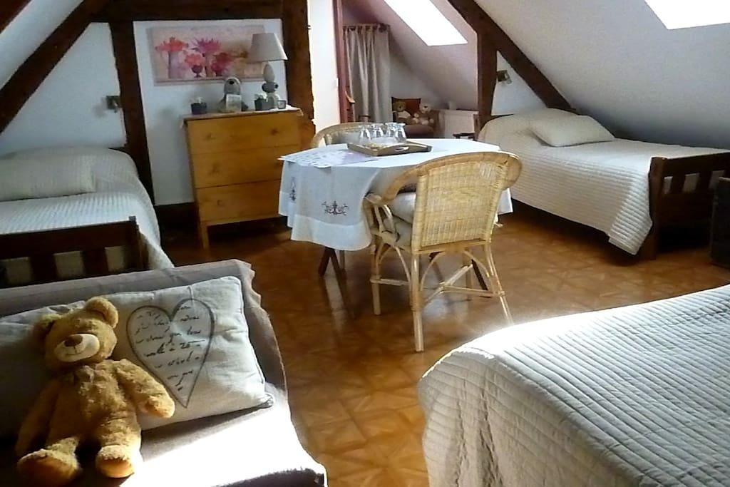 La chambre dispose de 2 lits de 90 et 1 lit de 140