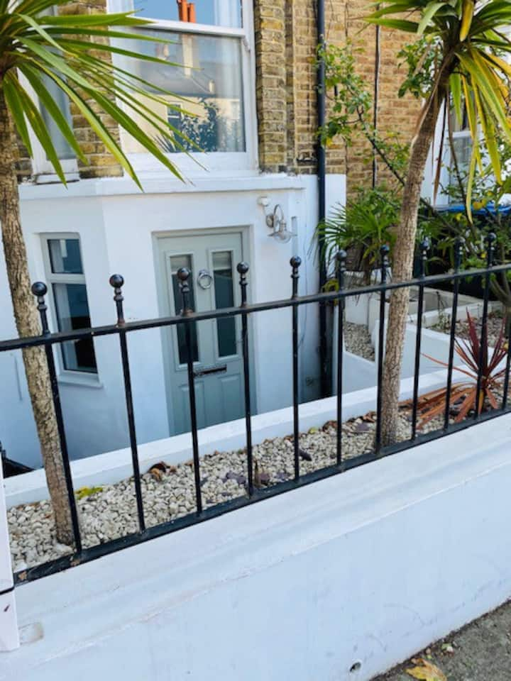 Peaceful, modern flat in the heart of Wimbledon