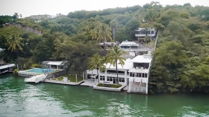 7BR Impresionante casa de LAGO con alberca