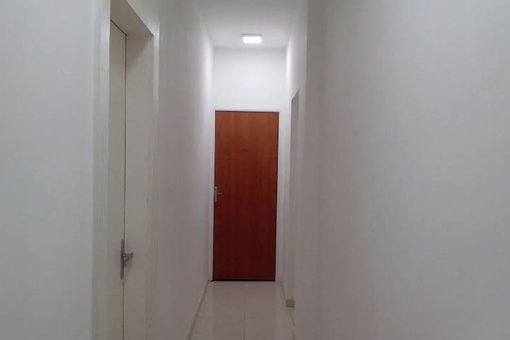 Corredor de acesso ao quarto saindo do elevador