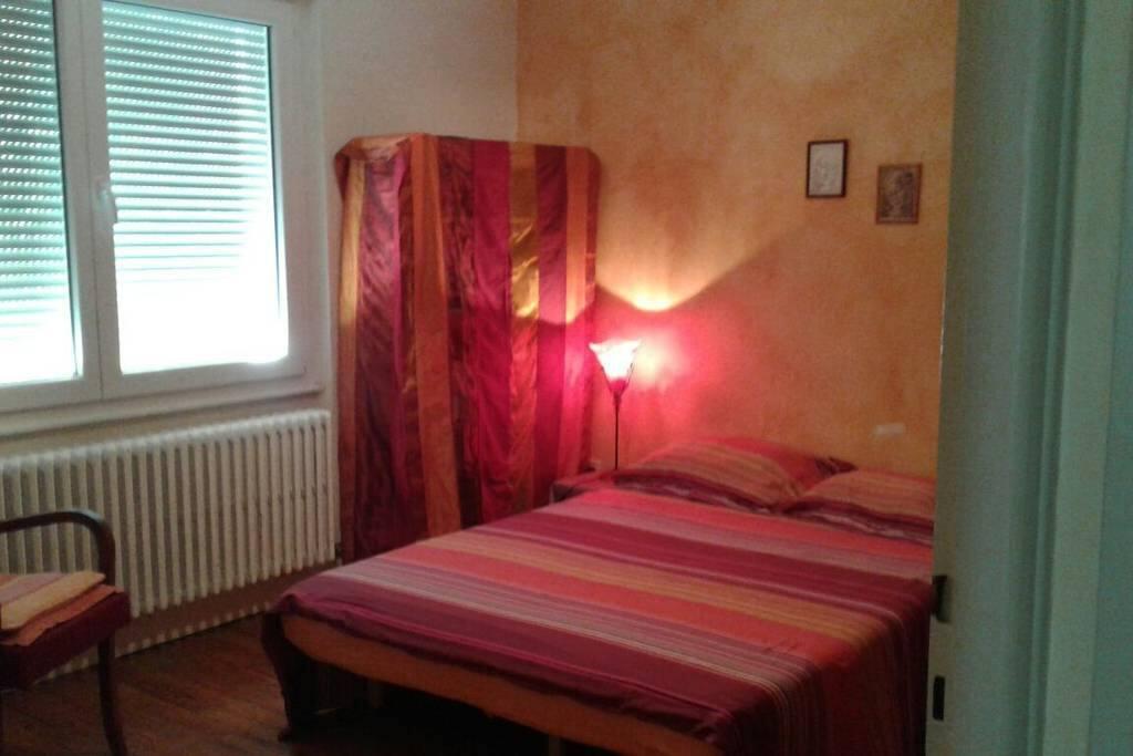 chambre lumineuse dans maison proche metz centre maisons louer longeville l s metz grand. Black Bedroom Furniture Sets. Home Design Ideas