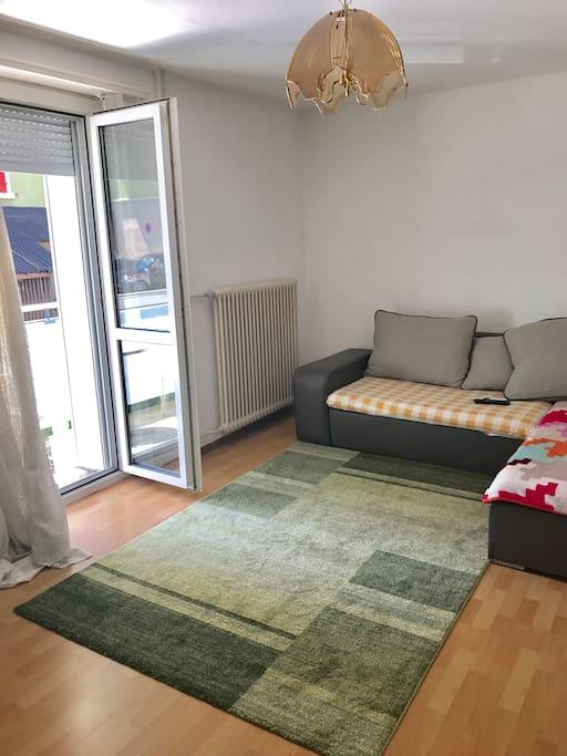 Grand salon avec un petit balcon. Très agréable pour un séjour en famille ou avec famille.les chambres sont spacieuses et super éclairées