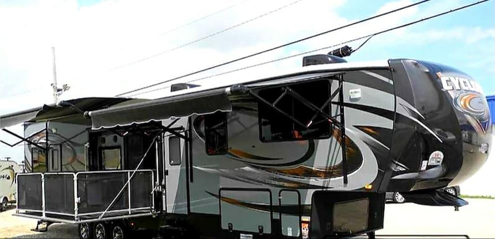 44 FT RV 2 BEDROOMS, 2 BATH Disney FT Wilderness